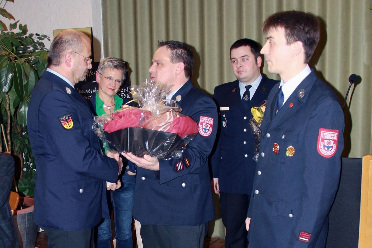Lothar Miederer (li.) mit Ehefrau Ute bei der Ernennung zum Ehrenkommandanten