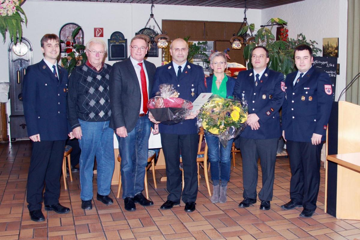 Zum Ehrenkommandant ernannt: Lothar Miederer (Mitte) mit Frau Ute, Altbürgermeister Albrecht Frister (2.v.l.), Bgm Ernstberger, und der Wehr- und Vereinsführung
