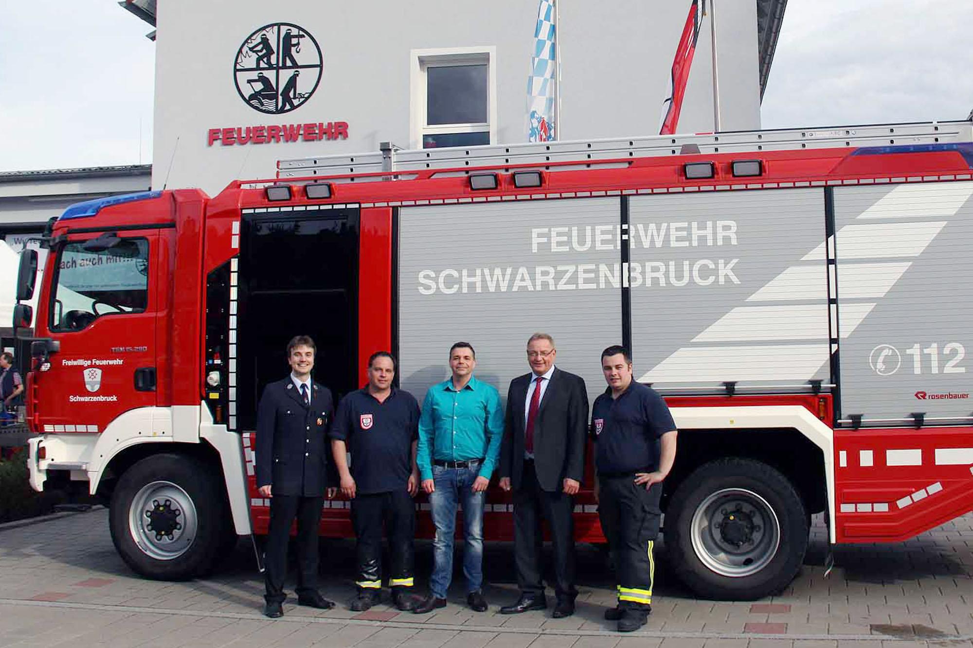 v.l.n.r.: 1. Vorsitzender Wolfgang Söder, Kommandant Christian Eckstein, Diether Zink, Bürgermeister Bernd Ernstberger und stv. Kommandant Florian Bayer.